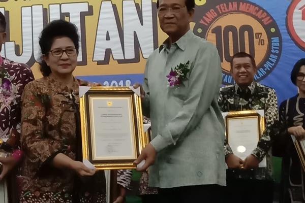 Gubernur DIY  Sri Sultan Hamengku Buwono X  menerima penghargaan STBM Award Berkelanjutan Menteri Kesehatan Prof Dr. dr. Nila Djuwita F. Moeloek SpM (K) dilaksanakan pada tanggal 18 Oktober 2018 di Auditorium Siwabessy, Gedung Prof. Sujudi Kementerian Kesehatan RI, Jl. Rasuna Said Blox X-5 Kavling 4-9 Jakarta